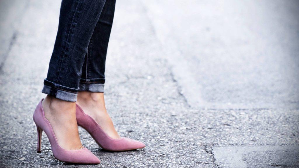 b73ba394 Durante meses, los diseñadores han trasteado con zapatillas de deporte,  sandalias planas y el ocasional tacón medio.
